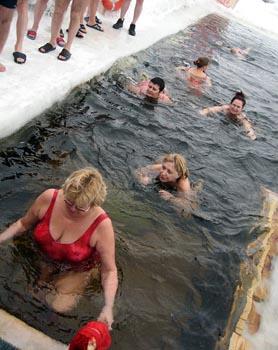 Девушки на крещение в проруби фото